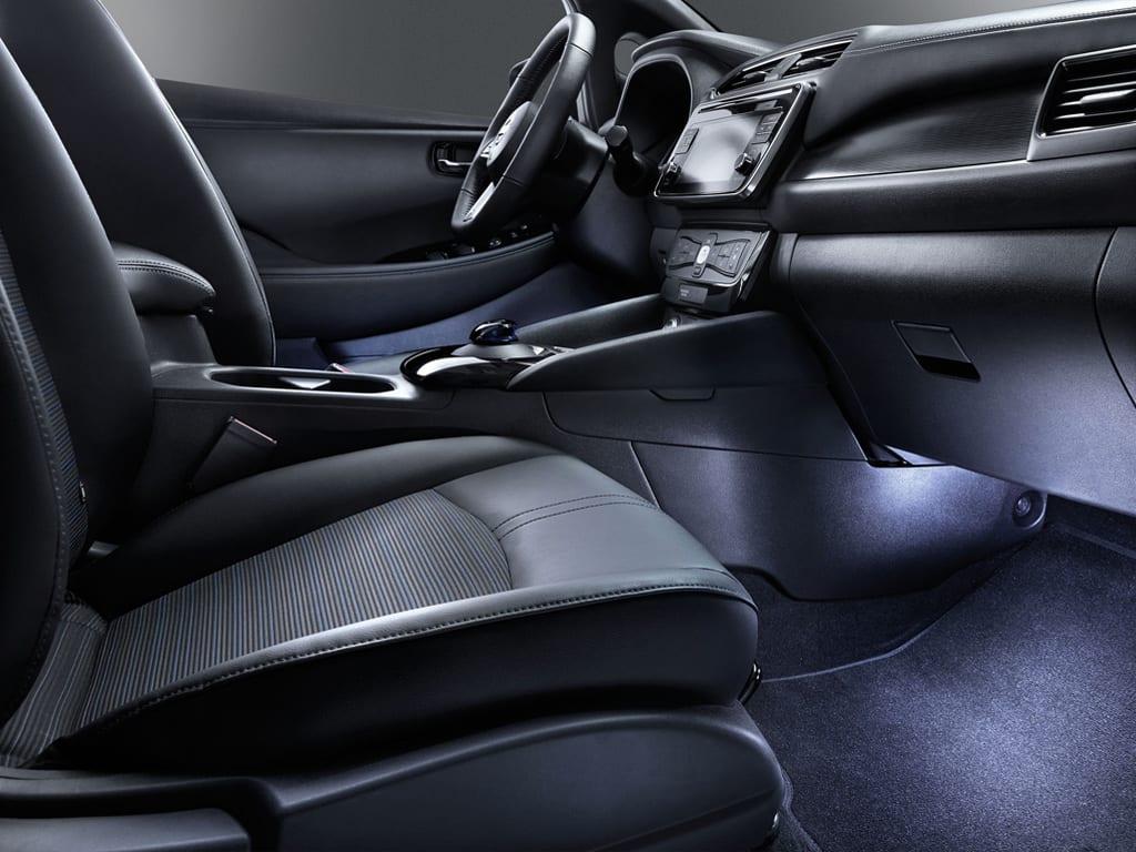 Interior con iluminación Nissan Leaf