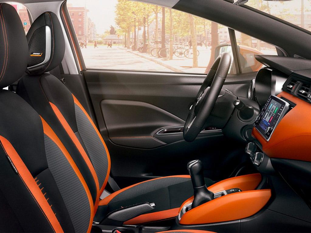 Asientos con acabados naranja Nissan Micra