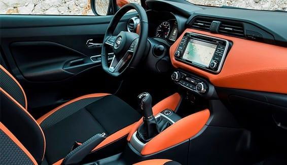 Diseño Interior del Nissan Micra con cromados naranja metalizados